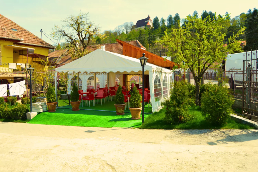 venesis-house-sighisoara-garden-chairs-tabels-tent