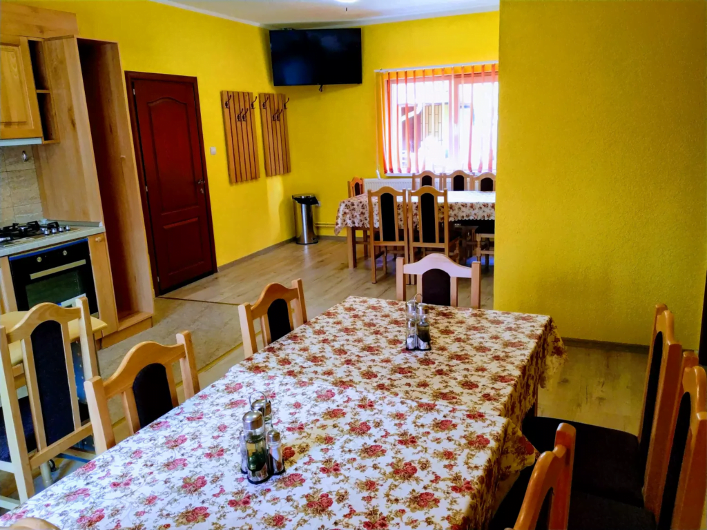 venesis-house-sighisoara-kitchen-tables-chairs-large-led-tv-oven-stove