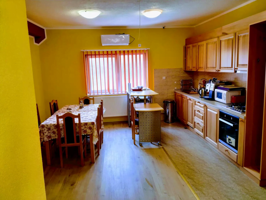 venesis-house-sighisoara-kitchen-tables-chairs-oven-stove-coffee-machine-microwave-air-con