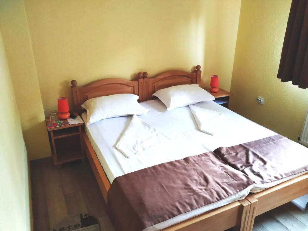 venesis-house-sighisoara-room-no-2-twin-room-2-single-beds