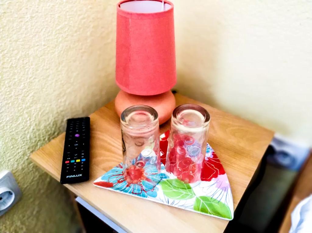 venesis-house-sighisoara-room-no-3-twin-room-bed-lamp-2-glasses