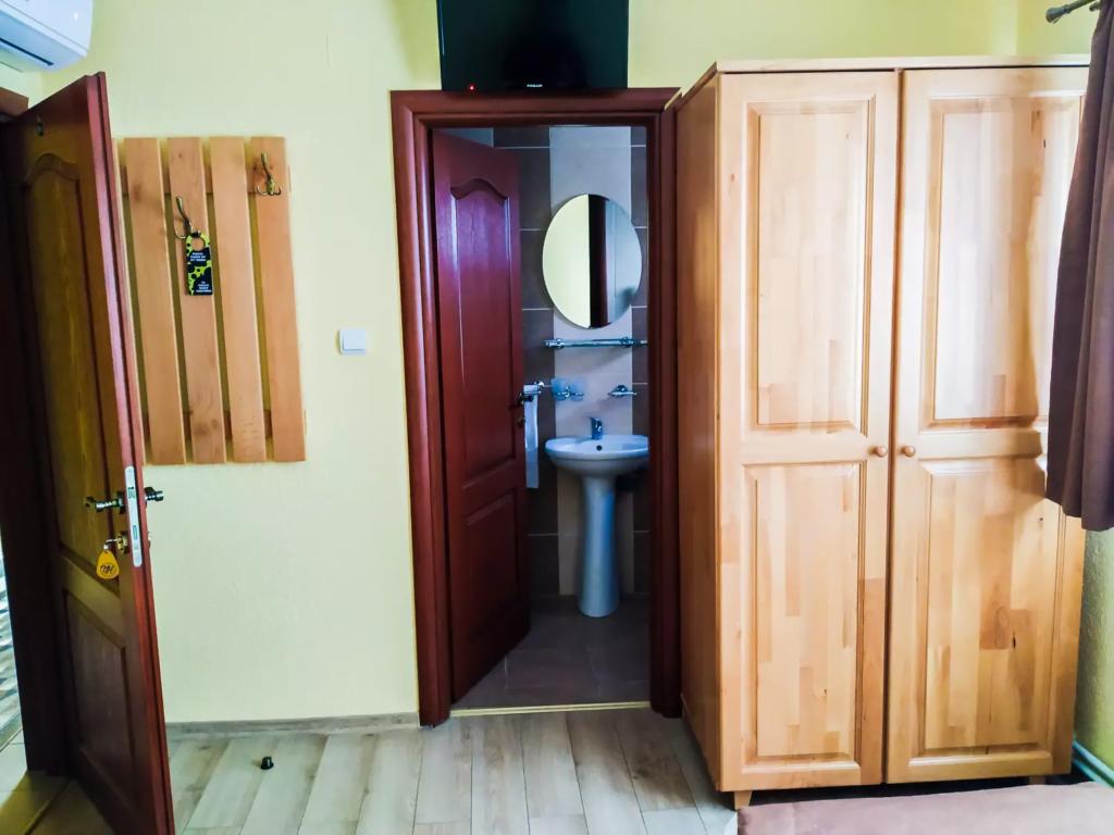 venesis-house-sighisoara-room-no-3-twin-room-led-tv-air-con-bathroom-entrance