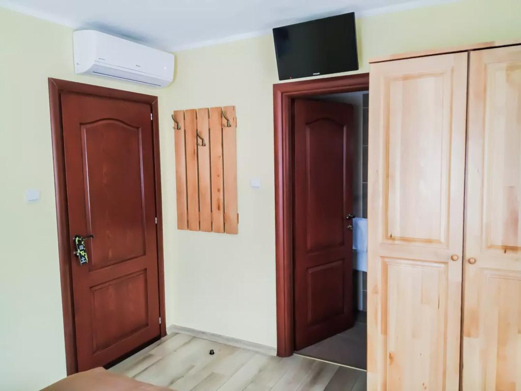 venesis-house-sighisoara-room-no-4-double-room-1-double-bed-led-tv-air-con-bathroom-entrance-2