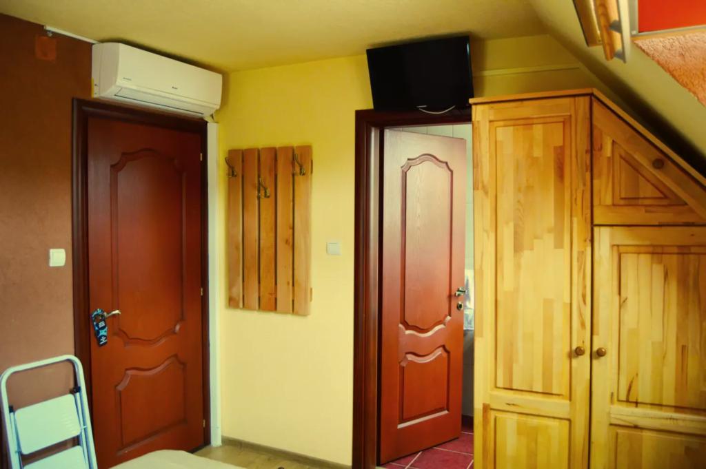 venesis-house-sighisoara-room-no-9-led-tv-air-con-wardrobe